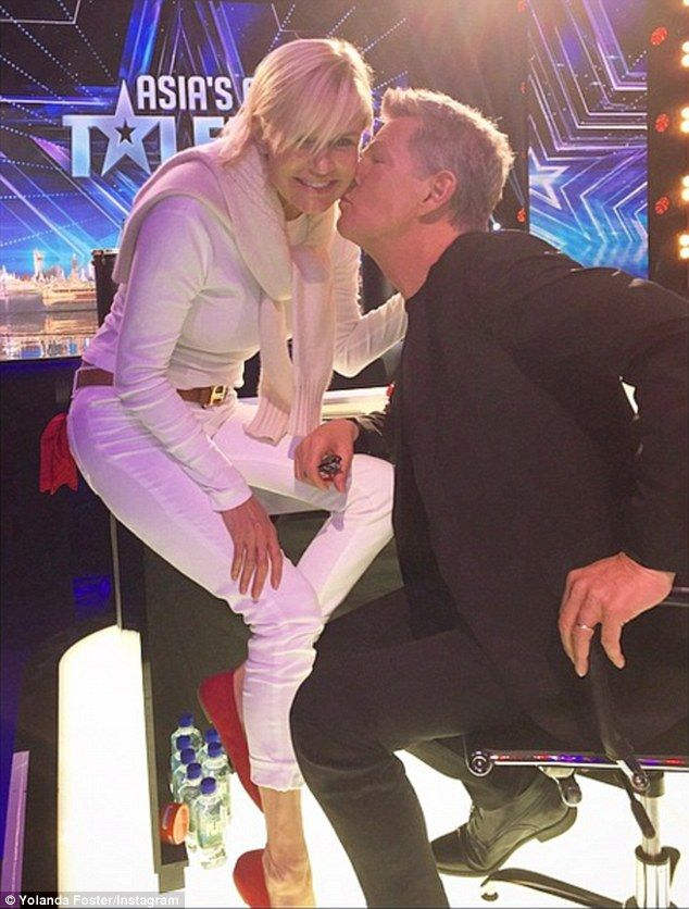 Yolanda Foster Gets A Kiss From Husband David Foster Daily Mail Online In 2020 Yolanda Foster Yolanda Foster Style Yolanda Hadid