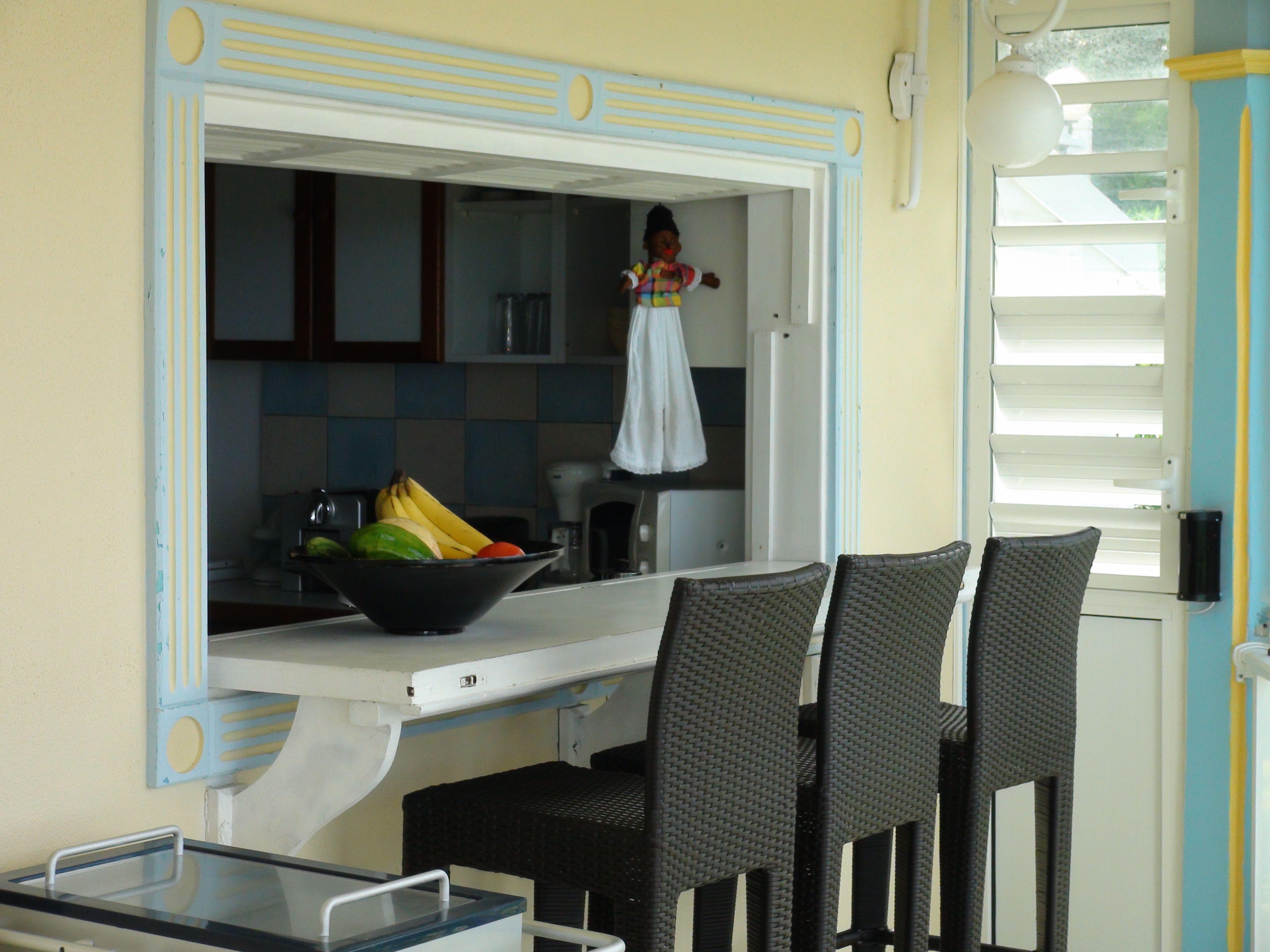 le passe plat et comptoir donne directement sur la cuisine. Black Bedroom Furniture Sets. Home Design Ideas
