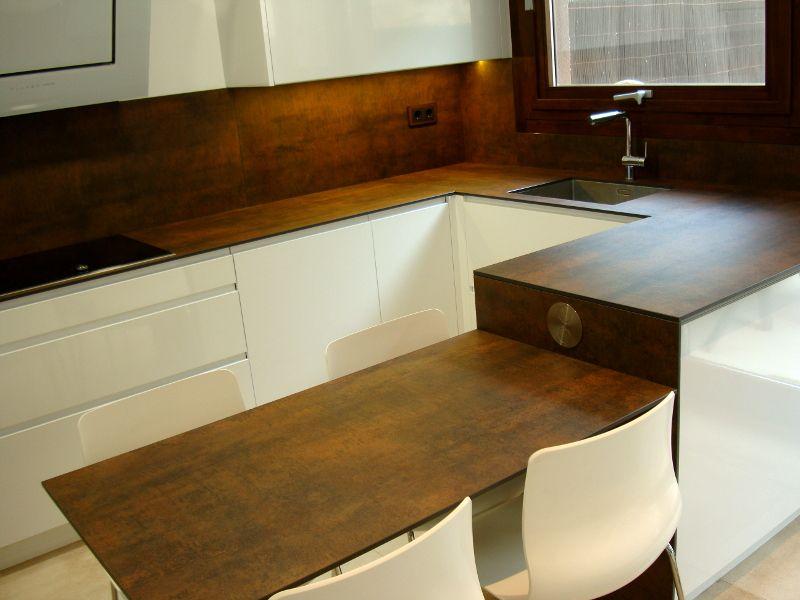 Una cocina de dise o integrada en el sal n reformas de cocinas ba os e interiores en - Reformas de banos en barcelona ...