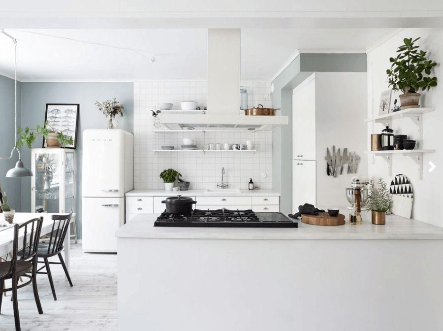 Cocina abierta en blanco y verde / Salón en tonos grises y verde /Un ...