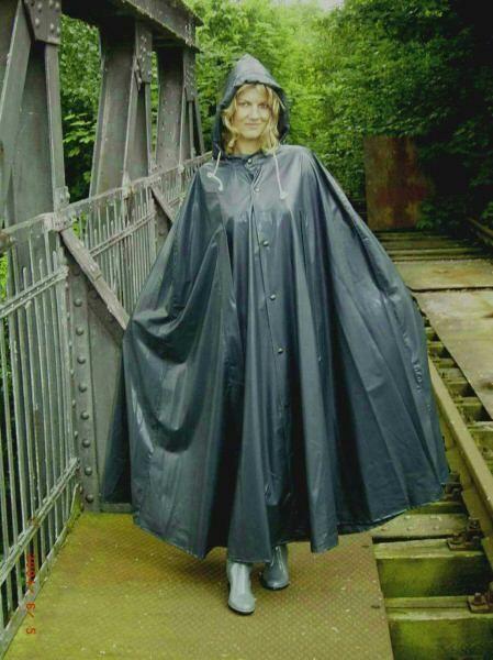 Pin von Paul Pickus auf Satin cape | Regenmantel