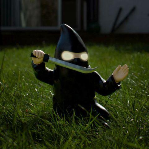 Nain de jardin solaire Ninja à 24,90 € | Gnome de jardin ...