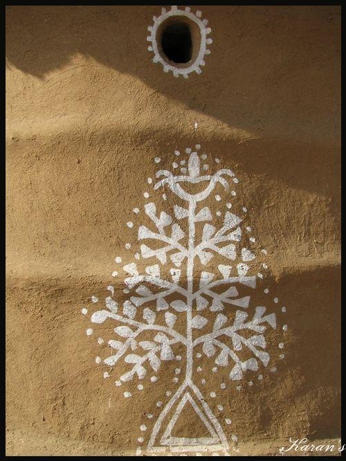 Quand les femmes peignent les murs et les sols des maisons. / When women paint the walls & floors of their homes. /  Mandana. / Rajasthan. / Inde. / India.