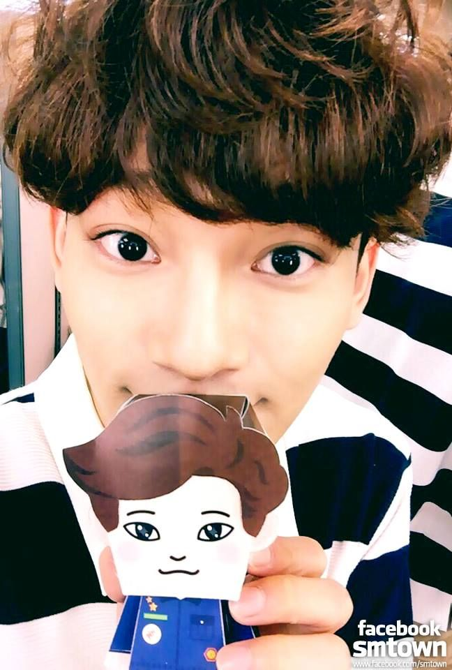 CHEN's selfie time with 'EXO PAPER TOY'! [from FACEBOOK EXO-M STAFF]