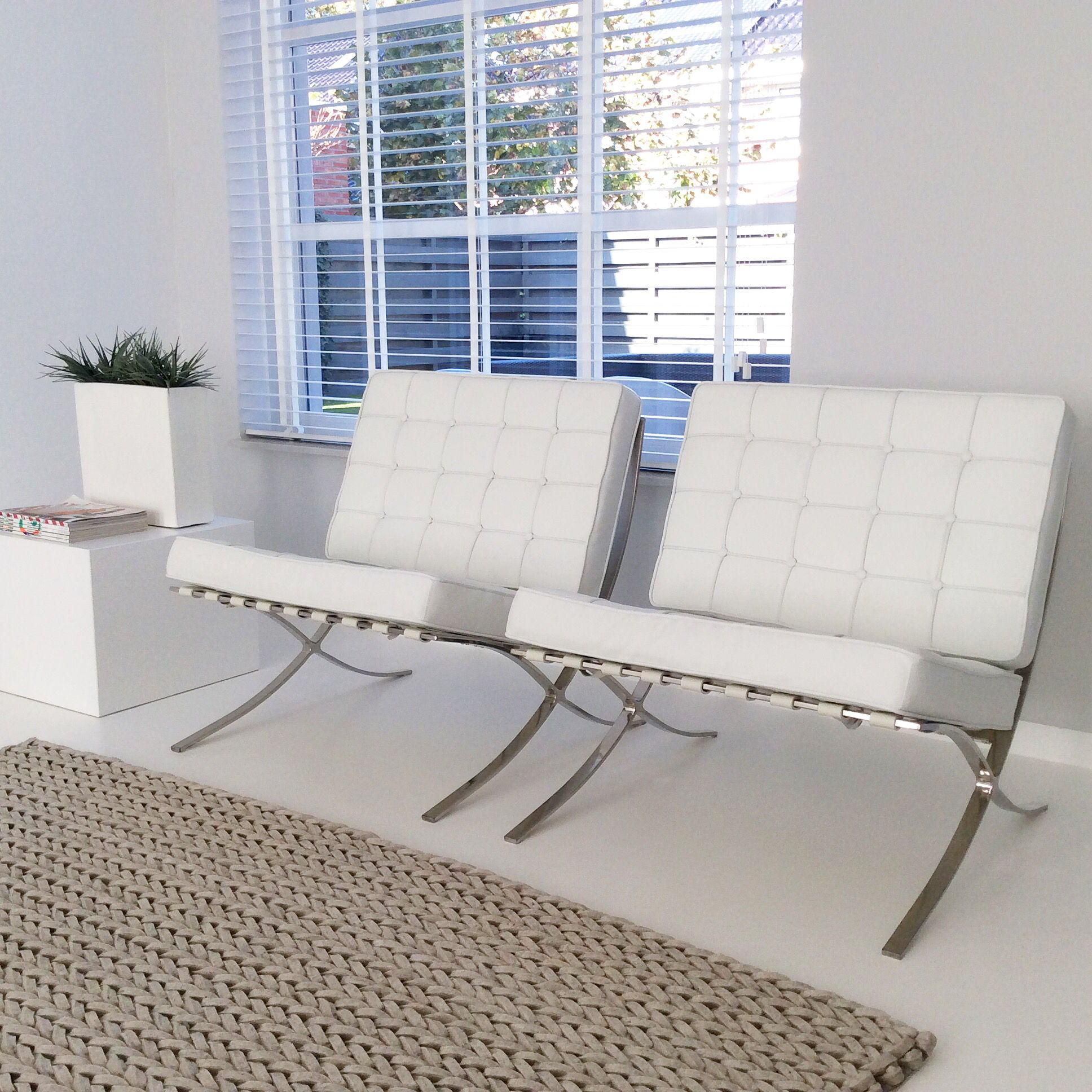 Barcelona chair white carpet grey grijs wit kleed wol