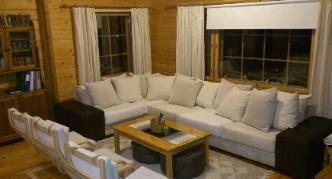 Villa Struka 12-15 persons, four bedrooms Vuokramökin olohuone. Iso sohva ja nojatuolit 6 henkilölle.