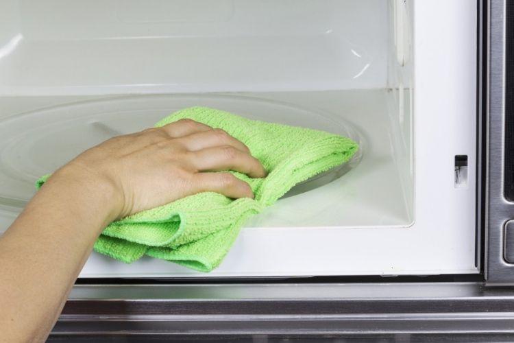 astuce voici comment nettoyer votre micro ondes en seulement 5 minutes astuces cuisine. Black Bedroom Furniture Sets. Home Design Ideas