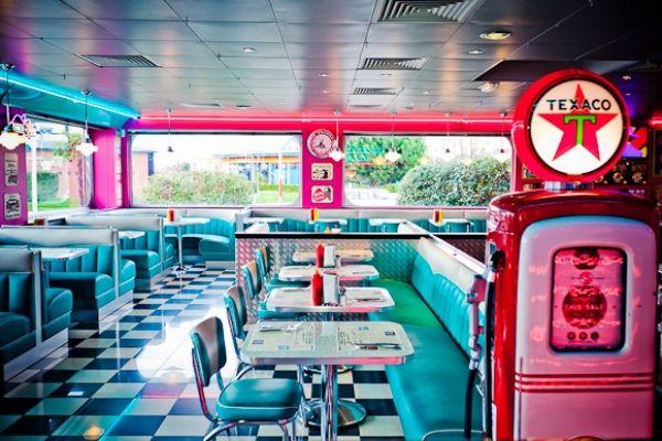Ambiance Happy Days au restaurant vintage Tommy\'s Diner Cafe ...