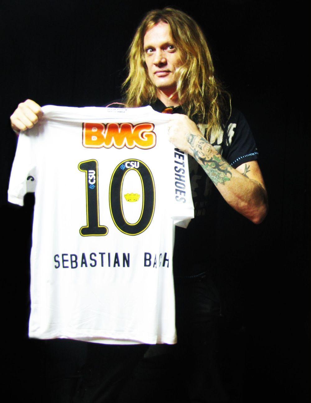 fcc87f93bfd7c vocalista do Skid Row ganha camiseta personalizada do Santos ...