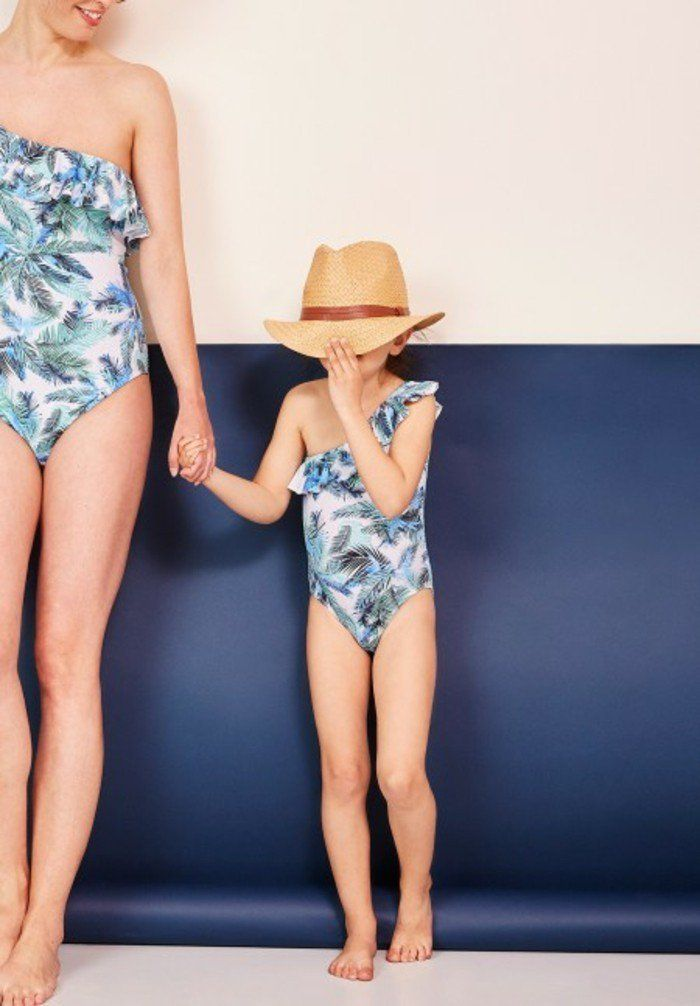 e57c73a56c maillot de bain fille 5 ans Envie de fraise en bleu avec des palmes pour  maman…