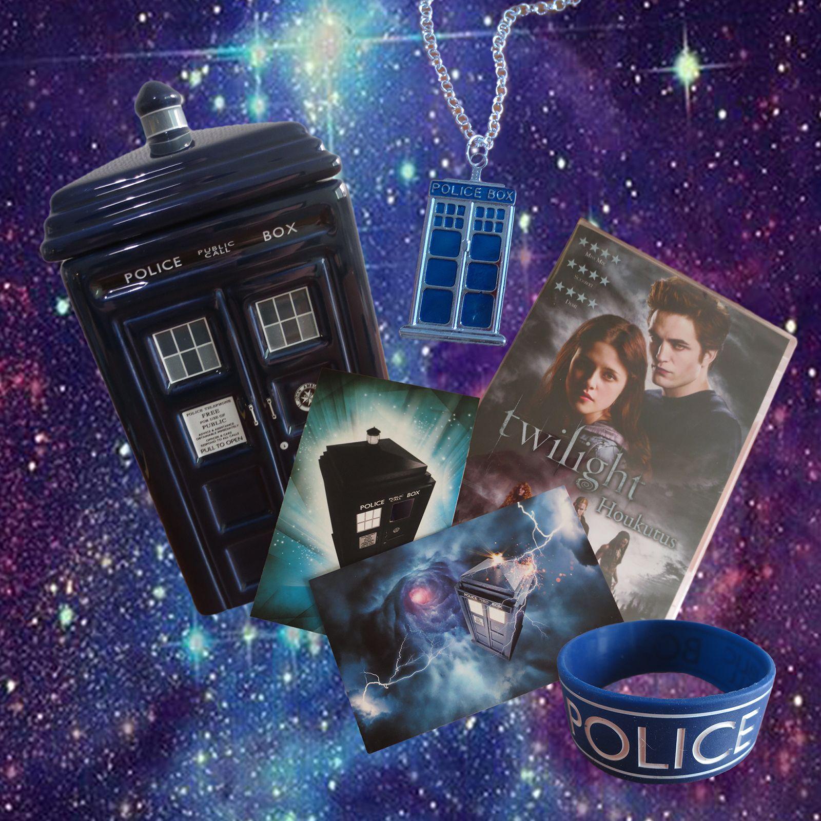 SY Teemarinki Fantasia, Myytit, Sadut, Scifi heinäkuu 2014. TARDIS keksipurkki, kortteja, kaulakoru ja rannekoru, jossa lukee Police public call box sekä pisteenä iin päällä Twilight leffa. :)