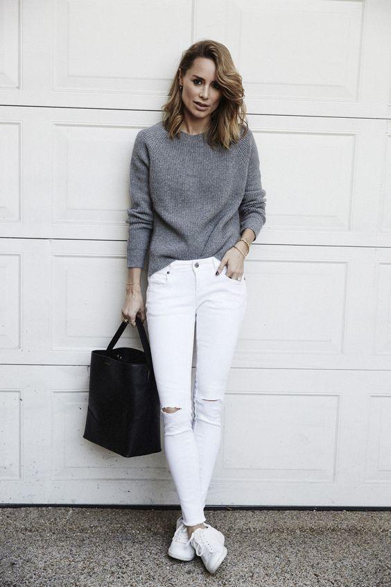 fe18ba7cd9 Jeans branco é aquele tipo de roupa que a gente fica aguardando a ocasião  certa para usar. Seja por sua vibe mais arrumadinha formal