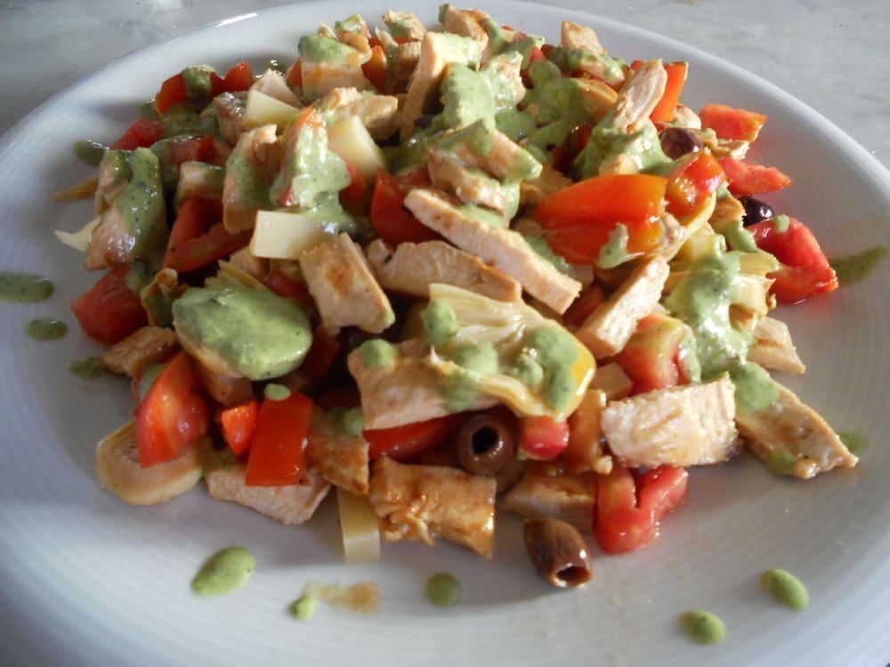 Siamo in piena estate, le temperature sono elevate e i piatti freddi sono quasi una necessità. Vi propongo un insalata di pollo semplicissima, servita con una leggera salsa emulsionata al basilico.