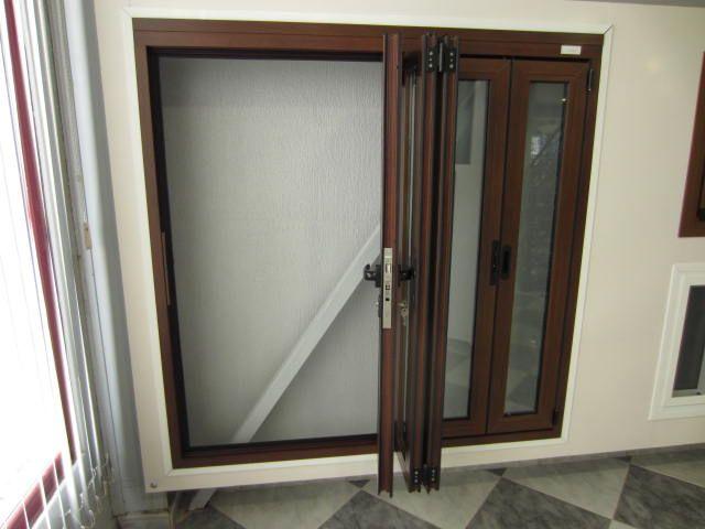 Ventana aluminio fabricada en color madera y 5 hojas for Hojas plegables