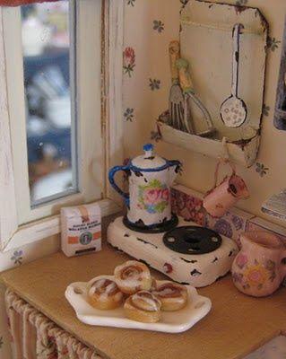 Lisää keittiön tunnelmakuvia... tämä on eräästä iki-ihanasta blogista. Tuo pikku hella tuo muistoja mieleen...!