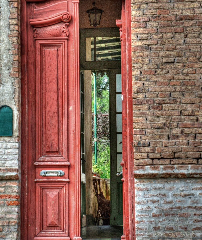 Puerta roja casa antigua de pueblo en argentina casa for Puerta casa antigua