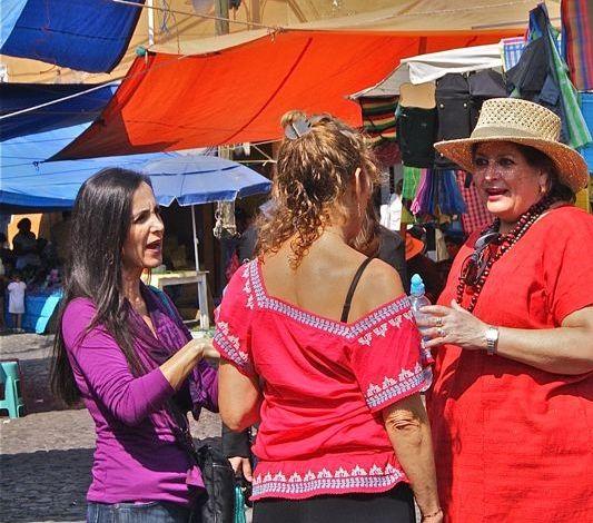Conversando con Lupita de Pizza E Cuore en Malinalco mientras recorremos el mercado