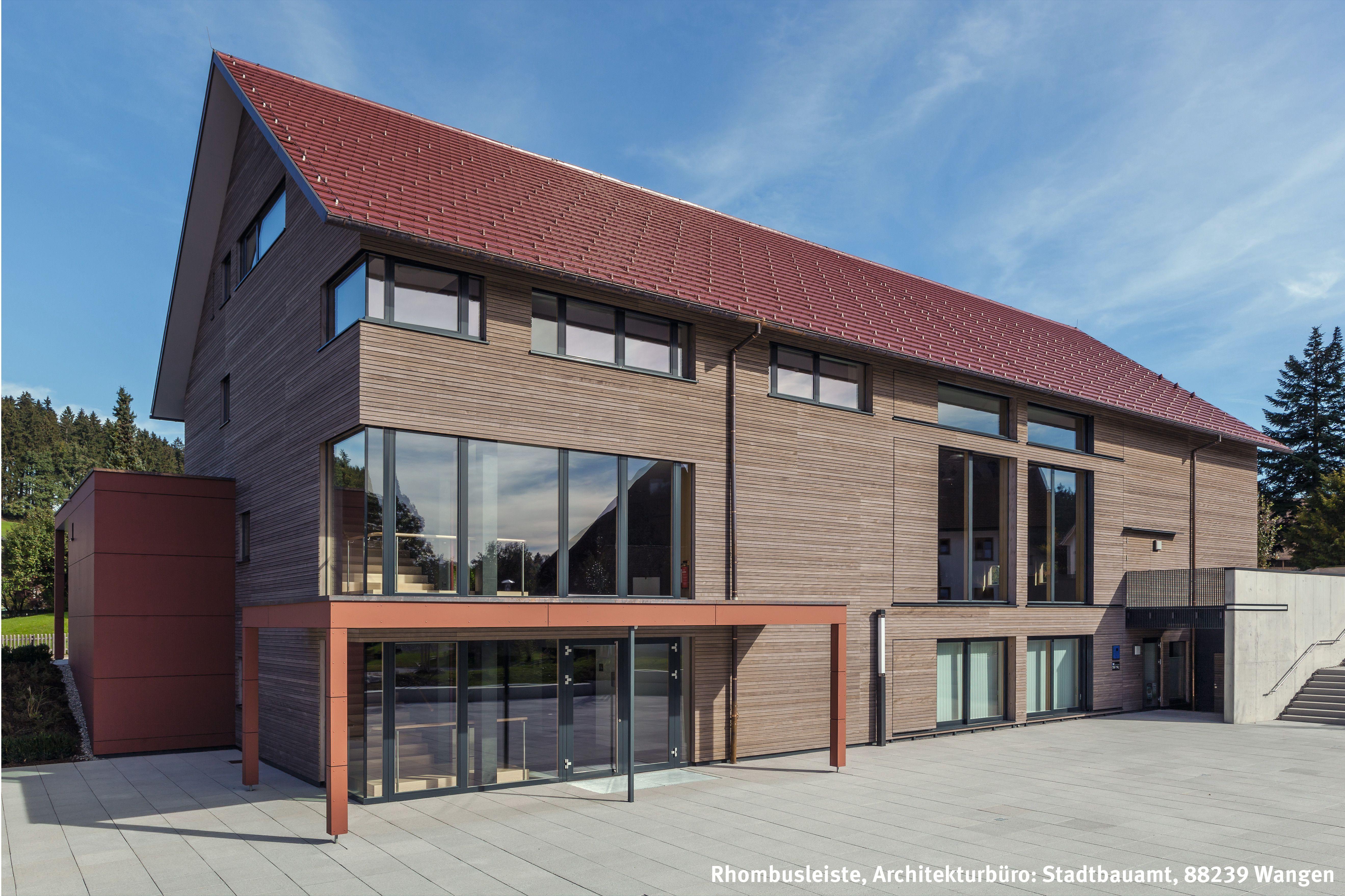 dorfgemeinschaftshaus mit grauer massivholzfassade in. Black Bedroom Furniture Sets. Home Design Ideas