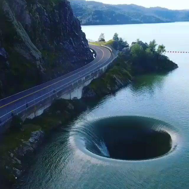 """Geniale Technik on Instagram: """"Das Glory Hole, aufgenommen von Drohnen, ist ein bekannter Überlauf des Monticello-Staudamms und hat einen Durchmesser von 22 Meter, es…"""""""