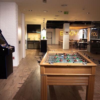 Comedor con mesa futbolín de la empresa Genera Games | Proyectos que ...