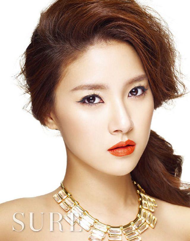 Korean Celebs Street Fashion Trends Review: Kim So Eun Sure Korea Magazine November 2011