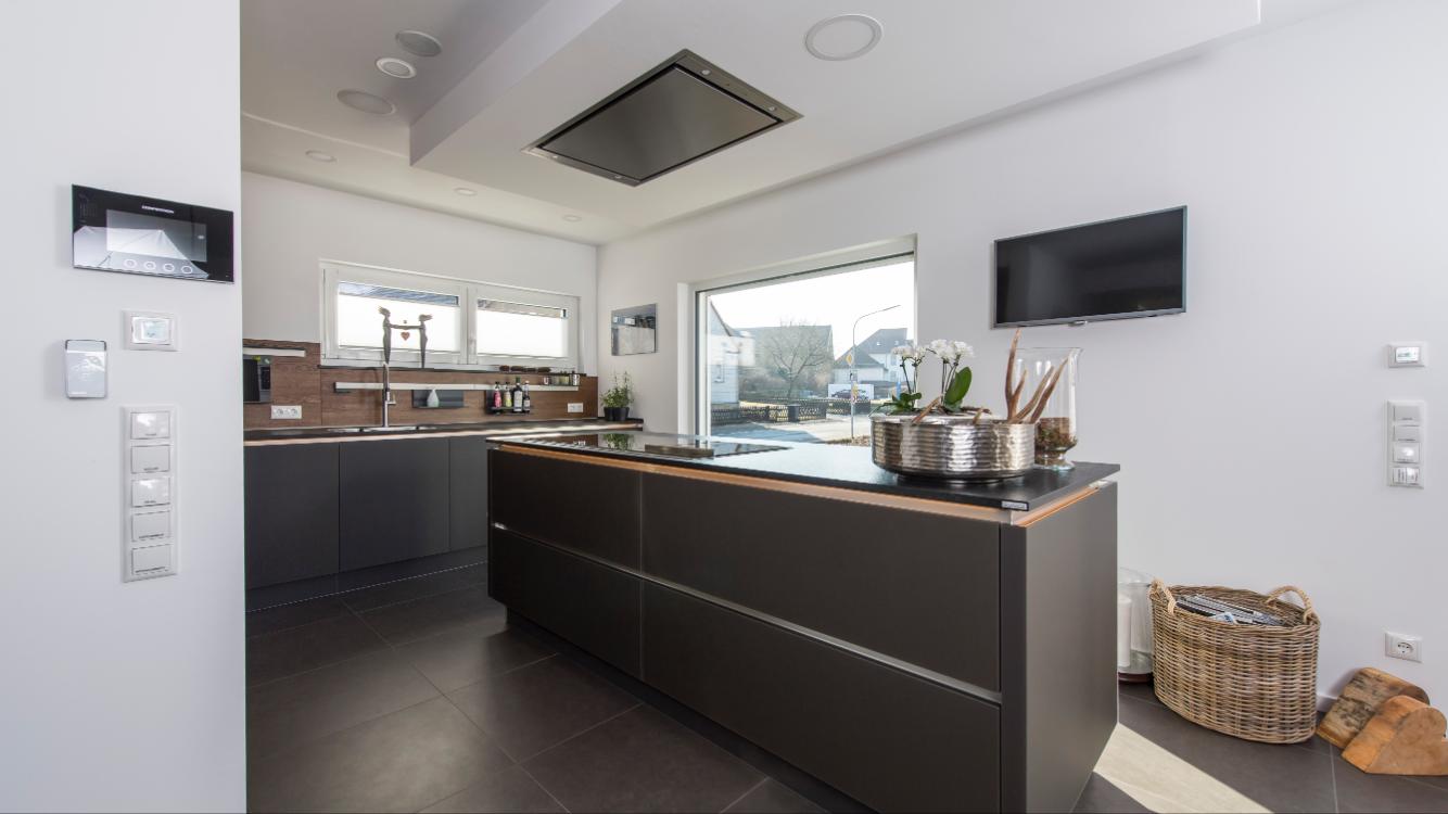 Einbauküche mit Küchenblock , die Oberfläche der Küchenschränke ist ...