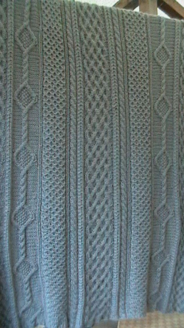dieses aufw ndig gestrickte decke in silbergrau wurde mit dem keltischen muster f r wohlstand. Black Bedroom Furniture Sets. Home Design Ideas