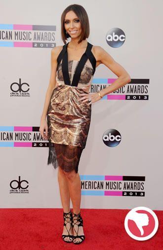 Os recortes no busto do vestido de Giuliana Rancic deixaram o vestido pesado.