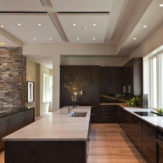 Elegante dise ointerior en cocina marcado por los - Decoraciones para techos ...