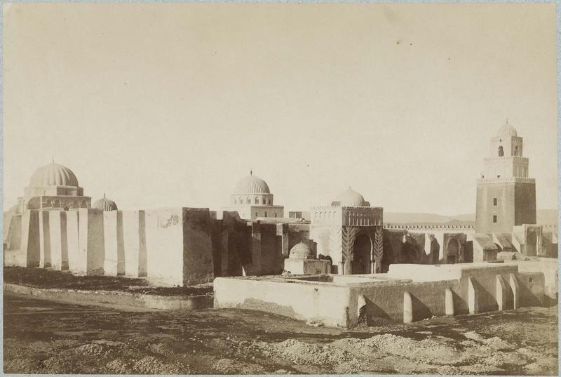 Kairouan   Grande mosquée ; Minaret    Vue des murs d'enceinte du minaret et des coupoles