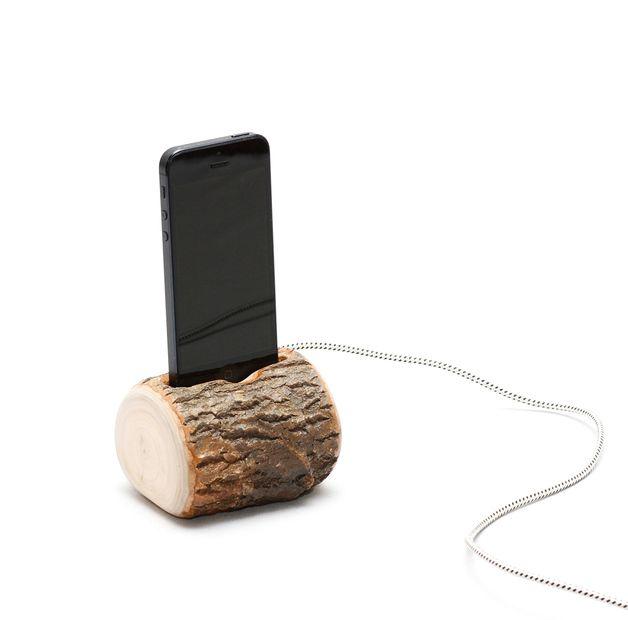 Soporte para tel fono de madera con cable de carga de la for Hormigon celular casero