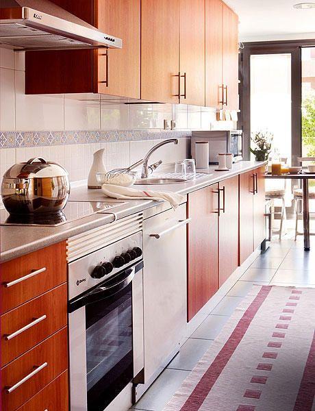 cocina alargada con mesa para el desayuno al fondo