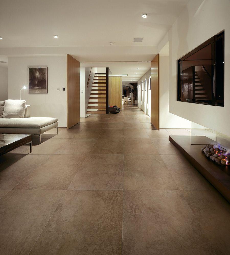 Große Fliesen machen ihr Wohnzimmer und die anderen Räume deutlich ...