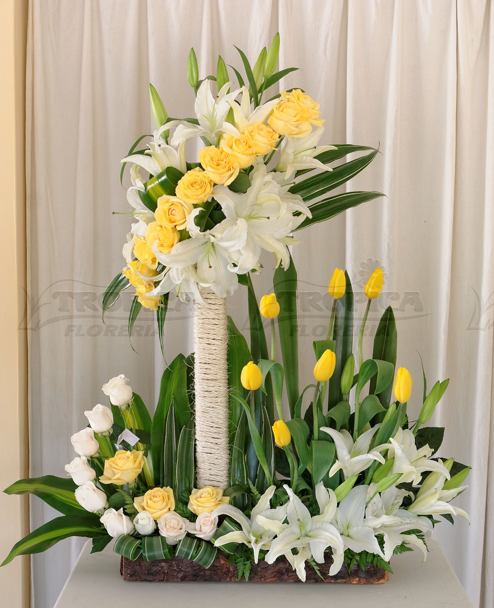 Church Altars Modern Flower Arrangement: Arreglo Grande Con Tullipanes @ Tropica Floreria
