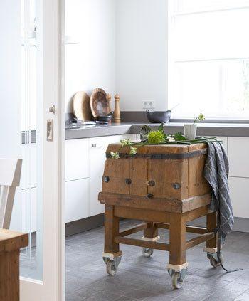 Rust in de keuken | vtwonen leuk grijs blad grijze plint onder keuken