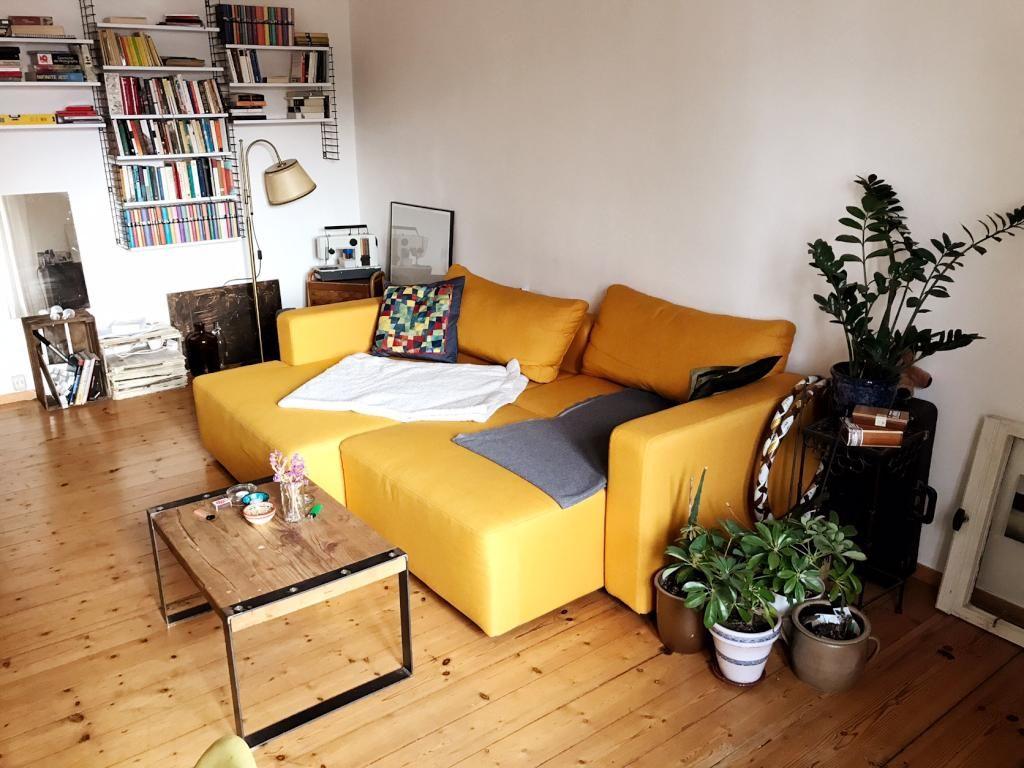 Geraumiger Wohnbereich Mit Gelbem Sofa Und Ordentlichem
