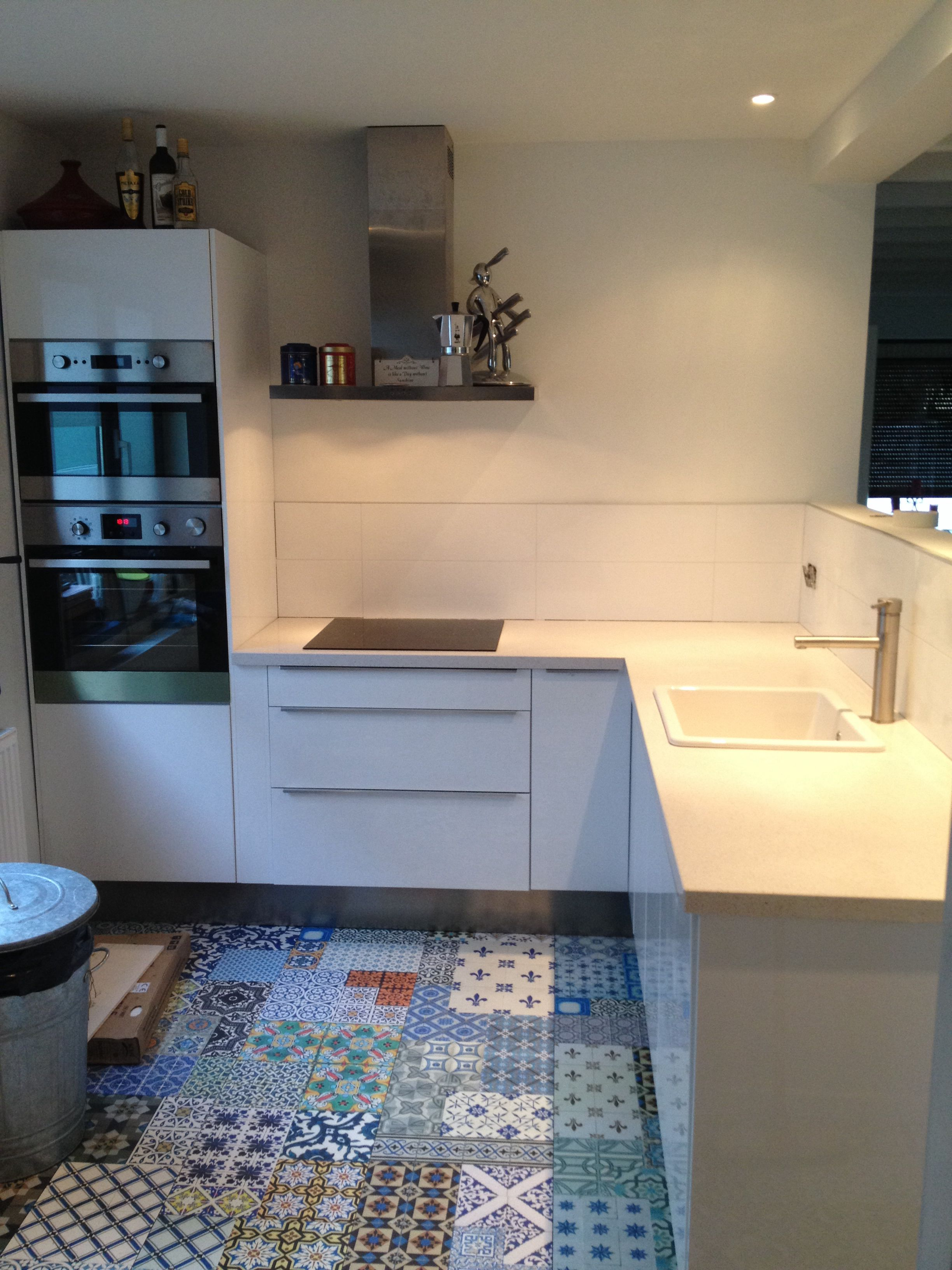 White kitchen with patchwork tiles laminate Floor
