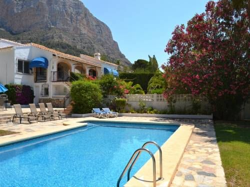 Casa Estrella Javea Set against the backdrop of the Montg? Mountains, Casa Estrella is located in J?vea, just outside the Montg? Nature Reserve. This house has free Wi-Fi and a large garden with an outdoor pool.