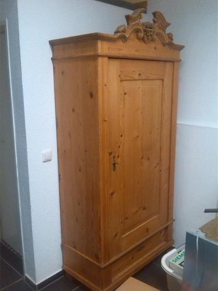 Fabulous Verkaufe einen antiken Kleiderschrank W scheschrank um Der Schrank ist aus Weichholz und komplett rastauriert cm cm cm hoch an der SpitzeBei Fragen