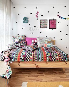 Este quarto descolado, cheio de @amomooui, foi projetado pela arquiteta @gabiworks para Sophia de 11 anos. A arquiteta resolveu seguir uma linha descolada e colorida, sem usar o tom rosa em excesso, para que o quarto seja atemporal e acompanhe o crescimento da Sophia. O destaque fica para a parede decorada com adesivos de corações pretos e a roupa de cama na estampa AFRICA. Cadeira, tapete, acessórios e bonecas da @mimootoysndolls finalizam os detalhes. #decoration #girlsroom #quartodeme...