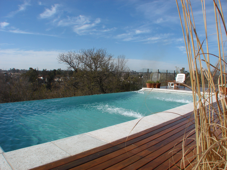 Piscina desborde infinito deck de madera - Disenos de piscinas ...