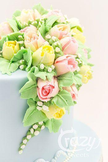 Mohntorte mit Buttermilchcreme und sehr schönem Buttercremblumenbukett #cupcakefrostingtips
