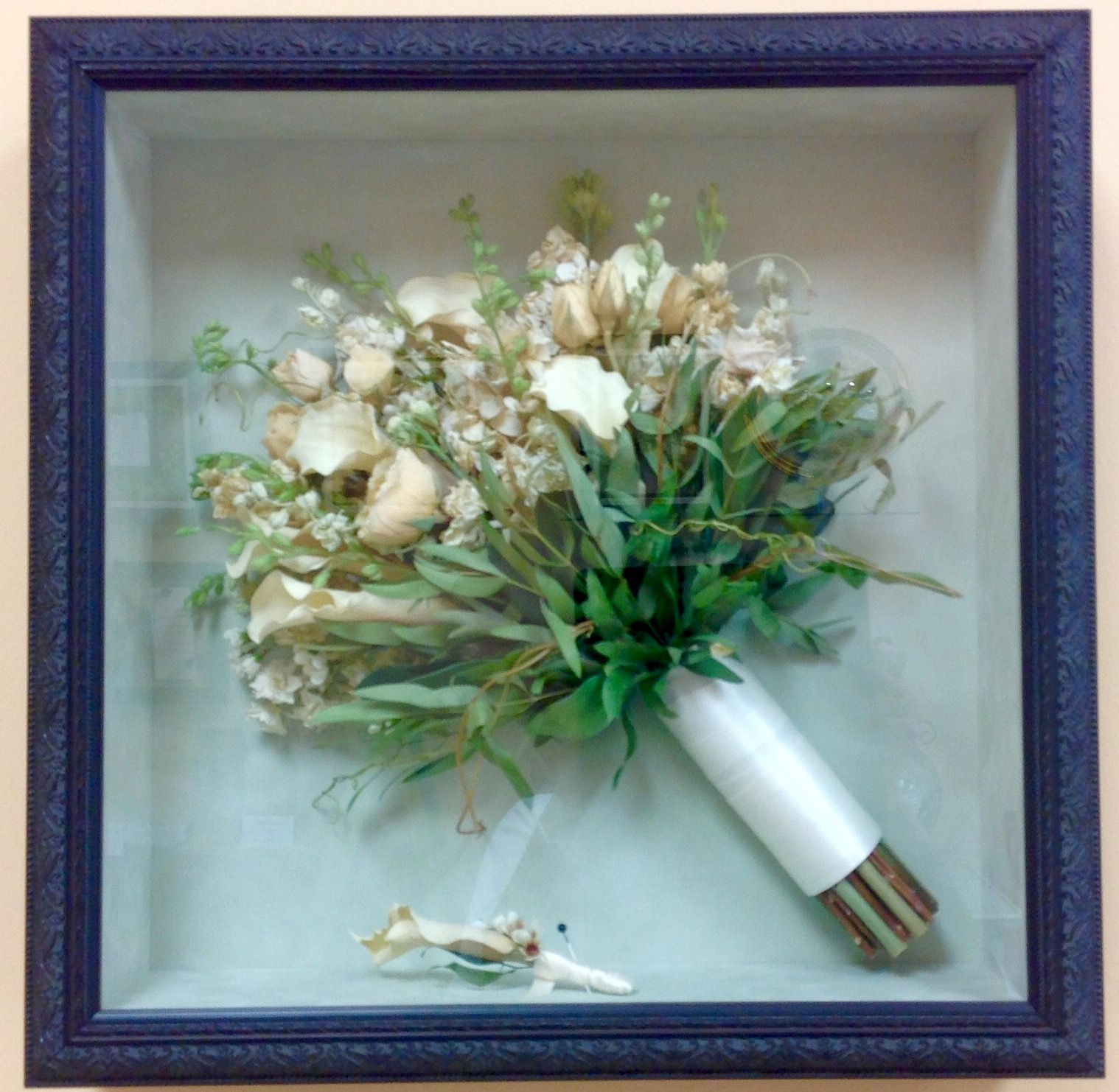 Very organic, simple bouquet and boutonnière in an ebony box ...