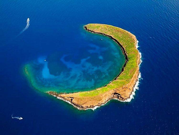 278084343 Isla con forma de luna, Hawaii, Estados Unidos La isla de Maui, con ...