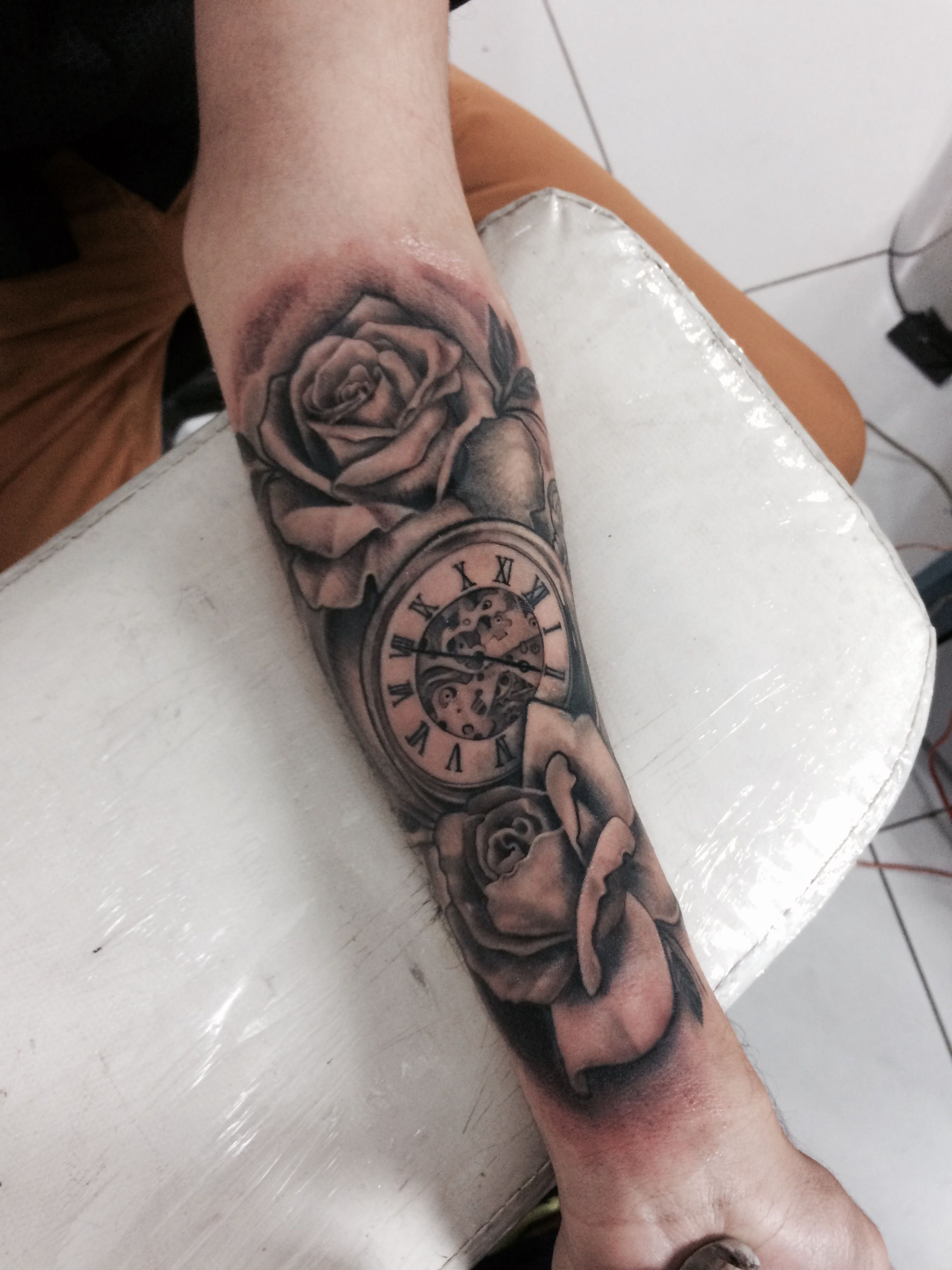 Tattoo rosas e relógio . Clock time by @tattoolucas