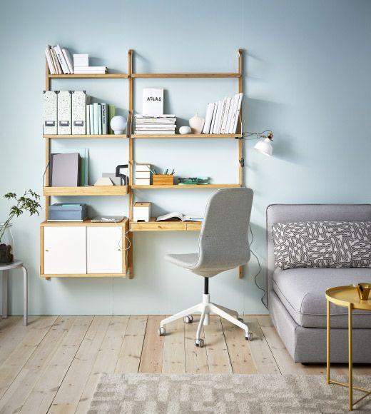 Soggiorno con divano e guida da parete con moderne mensole in bambù ...