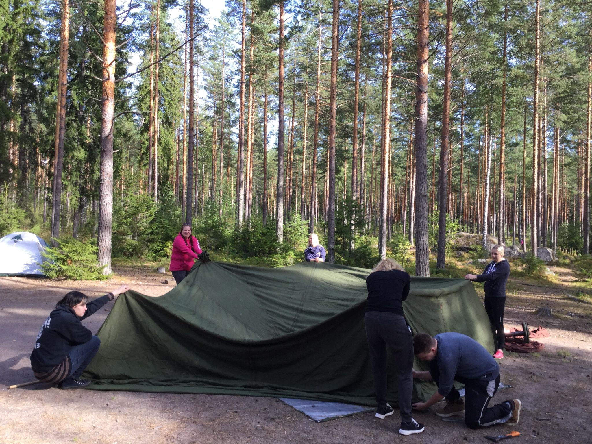 Ruotsin armeijan puolijoukkueteltan pystyttäjät suoriutuivat tehtävästään upeasti... Vieläpä ilman ohjeita!