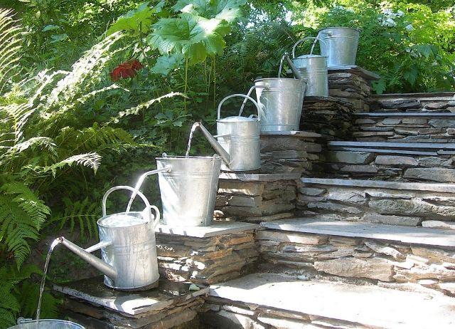 brunnen wasserspiele garten ideen gießkannen steintreppen | garten, Gartenarbeit ideen
