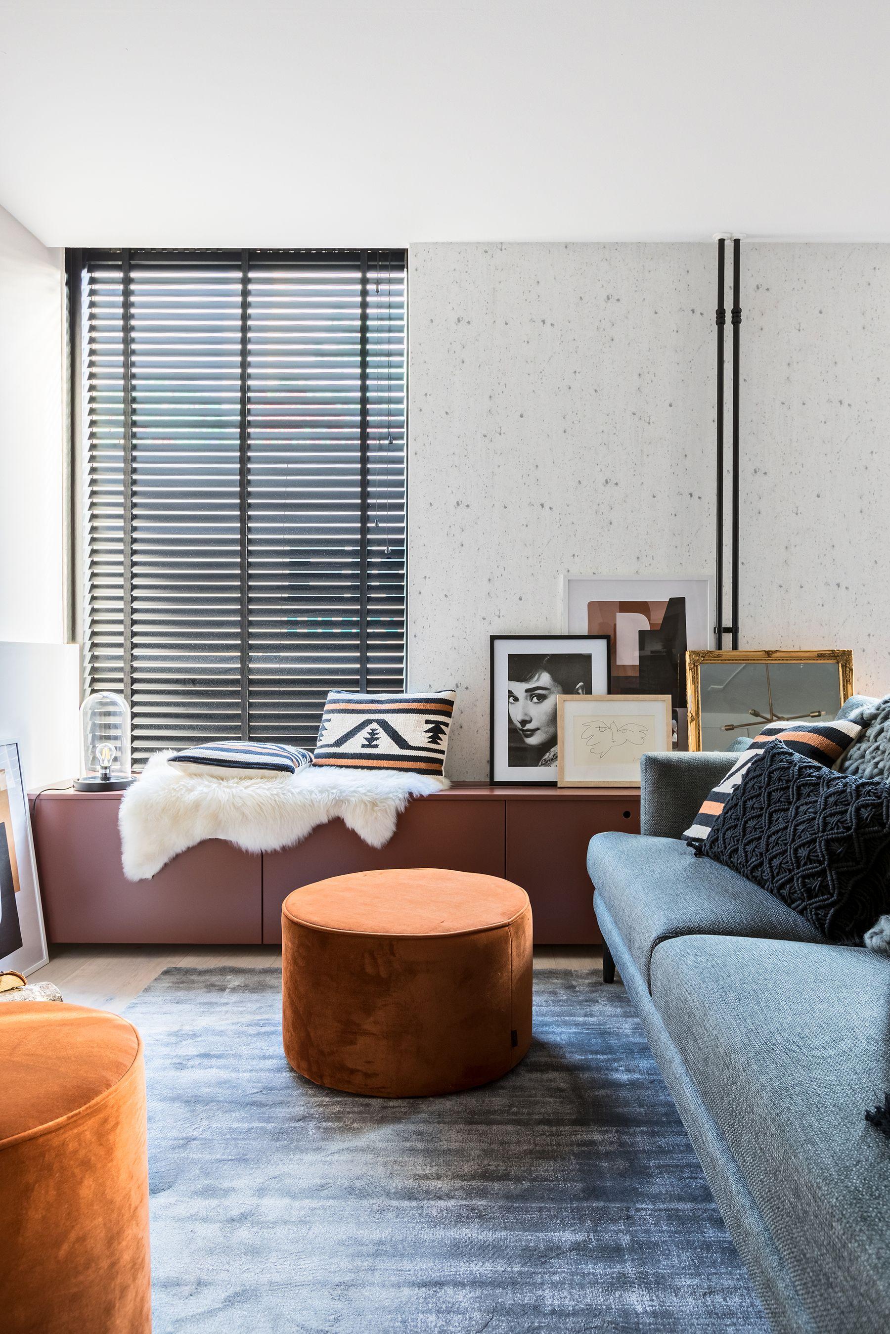 In deze woonkamer werd gewerkt met warme kleuren en natuurlijke ...