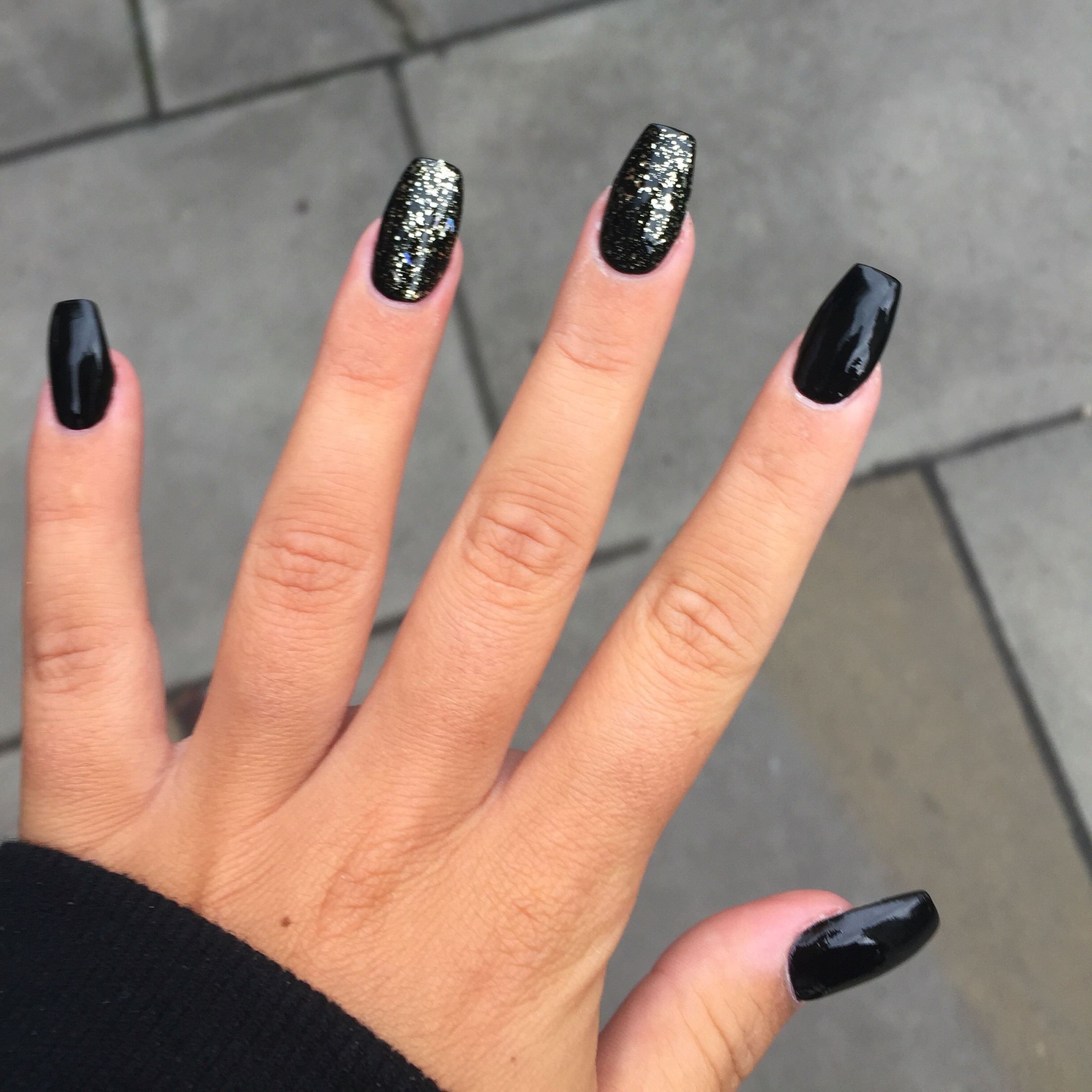 Black And Gold Glitter Coffin Shaped Nails Winter Is Coming Gold Acrylic Nails Coffin Shape Nails Prom Nails Silver